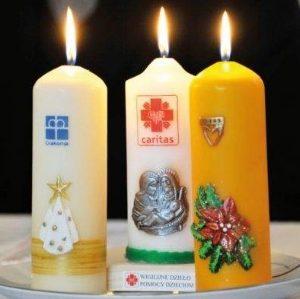 Trzy świece Wigilijnego Działa Pomocy Dzieciom